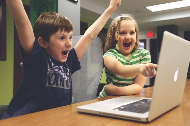 仕事中でも仲間とプログラミングで遊ぶ「部活」 〜 なぜ新規事業をやめて部活と呼んでいるのか